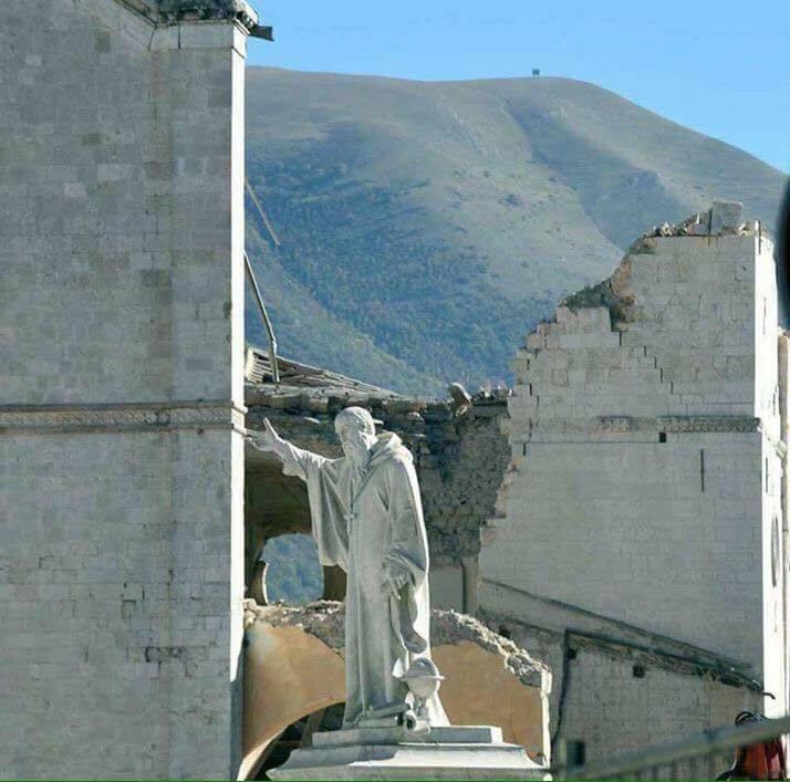 statua di San Benedetto a Norcia dopo il terremoto