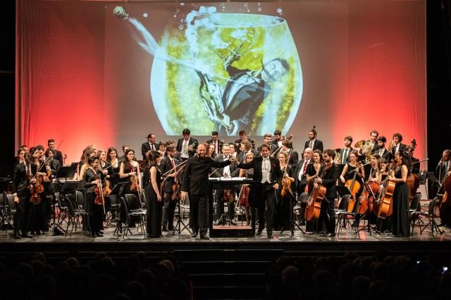 Bollicine per tutti offerte da Orchestra Senzaspine e Teatro Duse