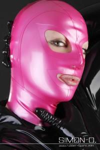目鼻口が開けられた全頭マスクの例