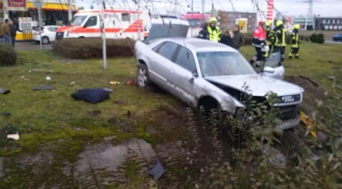 Feuerwehr beseitigt Trümmerfeld nach Verkehrsunfall