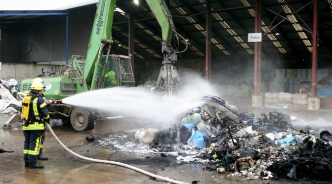 Abfälle brennen auf Recyclinghof