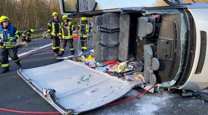 Feuerwehr befreit Unfallopfer auf der Autobahn