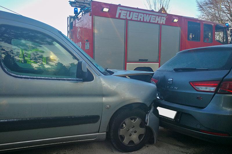 281218_unfallfahrzeug_aufgefahren_nahaufn