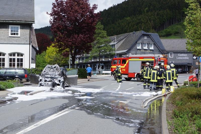 PKW brennt auf Hauptverkehrsstraße – Eine Person leicht verletzt
