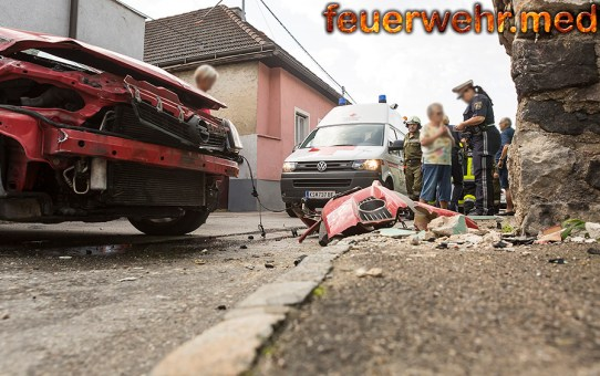 Pkw prallt gegen Hausmauer - Fahrzeuglenker verletzt