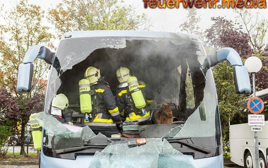 Brennender Reisebus am Kremser Welterbeplatz