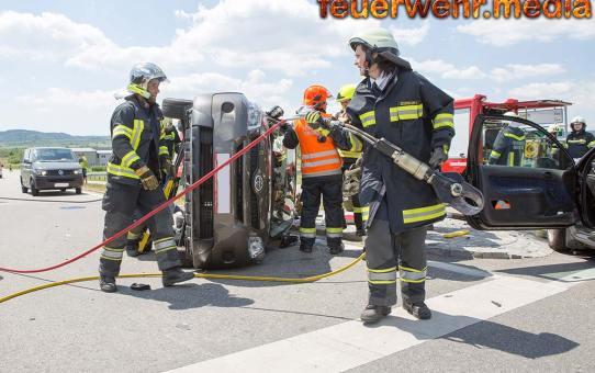 Schwerer Verkehrsunfall mit mehreren eingeklemmten Personen auf der B33