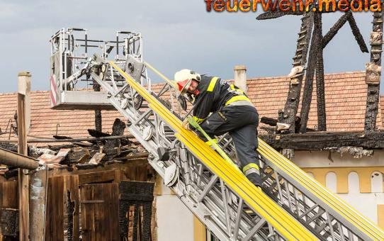 Nachlöscharbeiten nach Großbrand in Krems-Weinzierl