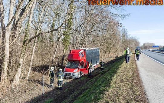 Klein-Lkw stürzt auf der B37a bei Hollenburg über die Böschung