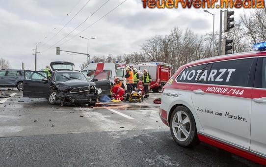 Menschenrettung nach schwerem Verkehrsunfall im Kreuzungsbereich S5 mit der Hafenstrasse