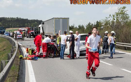 Sperre der B37 nach einem Unfall zwischen einem Pkw und Lkw