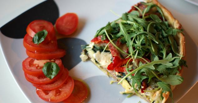 tarte-salée-saucisse-morteau-poivron-courgette-parmesan-salade-tomates--feuille-de-choux