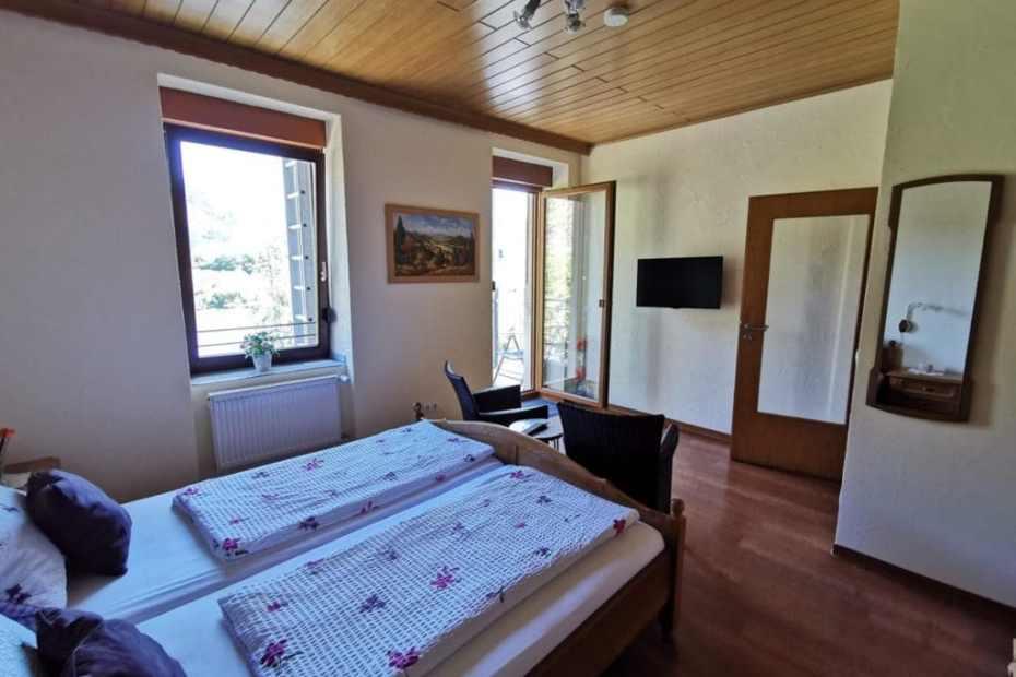 Schlafzimmer unserer Ferienwohnung Nummer 4 mit direktem Zugang zum Balkon