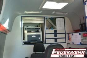 Im Innenraum befinden sich zwei Funkarbeitsplätze sowie ein Multifunktiosgerät zum Drucken, Scannen und Faxen