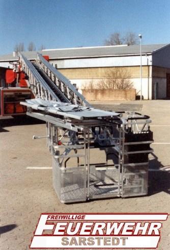 Der ausgefahrene Korb mit der aufgebauten Krankentragenlagerrung.