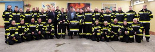 Im Dezember übergab Bürgermeister Gerhard Pirih 160 neue Einsatzuniformen an die Mitglieder der Feuerwehren Spittal/Drau, St.Peter und Olsach-Molzbichl.