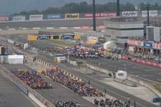 La ligne de depart. Les 1000cc sont en place. En tete sur la ligne de depart: Tamada. Rossi est en 3eme place.