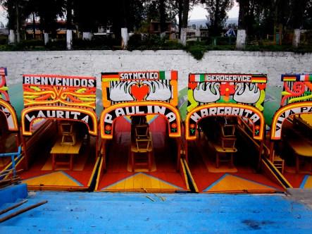 Xochimilco, à 20 kms au sud de Mexico. Embarcations décorées sur les canaux