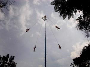 Les Voladores, près du grand musée d'antropologie
