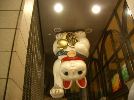 Un drole de maneki-neko (chat qui invite) accroche au plafond et nous proposans de jolies perles ...