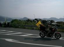 """Arrivee pres de notre destination, on organise une parade de prevention routiere. Sur les drapeaux jaunes : """"Securite sur la route"""". On essaye diverses poses."""
