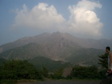 Au loin se dessine la bouche eccailleuse du volcan de la presqu'ile de Sakurajima. Il dort mais s'est reveille 2 fois au 20eme siecle avec quelques morts, et villages detruits mais personne ne deserte l'ile. Nous stopperons dans un Youth Hostel ce soir, avec vue sur le volcan, non loin de l'embarquadere pour Kagoshima. Ce soir, les meilleures ramens du voyage nous attendent.