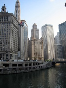 La Chicago River et un ensemble de tours.
