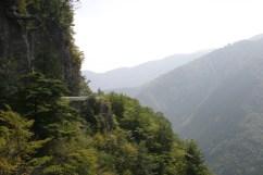 Ah les routes perchees a flanc de montagne. Un plaisir !!!