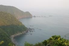 La route longe la mer et ses criques.