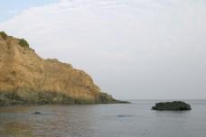 On voudrait camper ici, pres de la mer. Malheureusement, le camping est une fois de plus ferme (on est en septembre et la saison est bien terminee), et le terrain de pierre peut propice a notre campement.