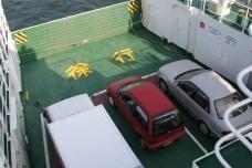 Le ferry et ses passagers.