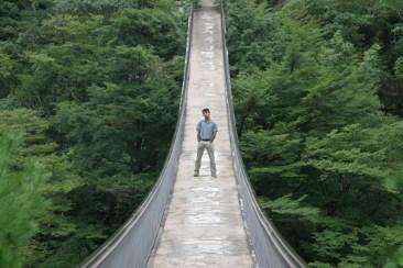 Un petit lieu touristique et son pont maintenu par des cables.