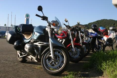 Toutes les motos sont la, en parfait etat (malgre un pseudo probleme de freinage sur la CB400), tant mieux. Pas de pepins technique, ca roule.