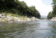 Une rivière assez calme avec de légers rapides de temps en temps.