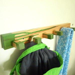 Cuierul colorat din lemn de fag este util si poate fi o piesa decorativa in camera unui baietel