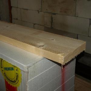 dulapii din lemn masiv de brad trebuie slefuiti inainte de a fi folositi pe post de polite pentru standul multimedia