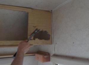 chiar si dupa ce a fost dat jos dulapul, peretele parea in stare buna