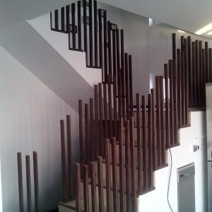 pentru o stabilitate crescuta a intregii balustrade ne-am asigurat ca fiecare balustru si stalp de capat este bine intepenit