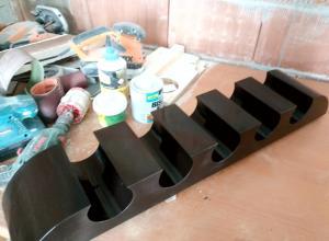 am vopsit raftul cu vopsea pe baza de apa de culoare wenge, in doua straturi cu slefuire intermediara