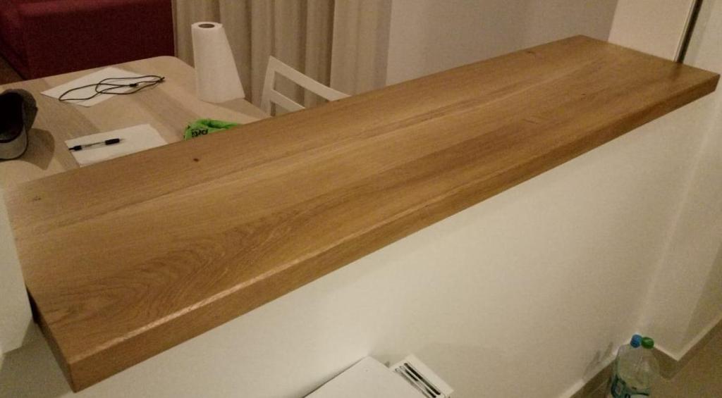 blatul din stejar masiv a fost montat si sprijinit cu doua console realizate din stejar pentru a se potrivi la aspect