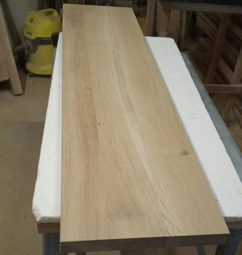 blatul din stejar masiv de 3,8 cm grosime folosit pe post de polita pentru o nisa separatoare