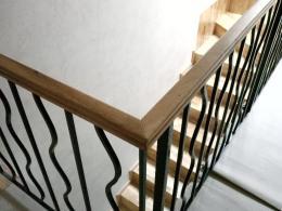 am combinat stejarul pentru mana curenta si fierul pentru balustrada scarilor interioare