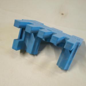 pentru frezarea celeilalte scanduri sablonul printat 3d are un stopper care realizeaza decalajul fata de prima frezare, astfel incat cele doua scanduri sau panouri sa se imbine in perfect pe colt
