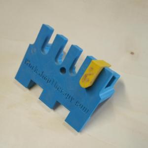 acesta este sablonul impreuna cu cei doi stopperi pentru frezarea unor imbinari pe colt de tip pieptene a unor scanduri sau panouri mai late