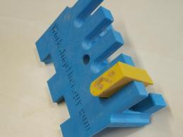 sablonul proiectat si printat la imprimanta 3d ne permite executia rapida si precisa a imbinarilor de tip pieptene indiferent ca e vorba de scanduri inguste sau de panouri mai late