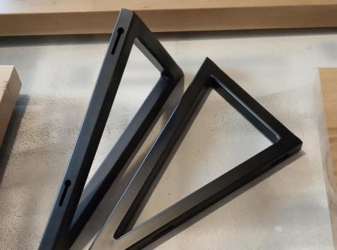 dupa uscarea grundului de metal am vopsit cele doua console metalice decorative cu vopsea neagra mata