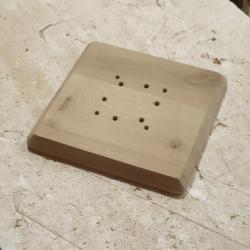 am folosit o masca in combinatie de lemn de stejar si MDF vopsit alb pentru a masca firele electrice care pornesc din tavan
