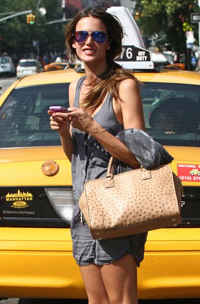 Alessandra+hails+a+cab+W6QaXgOwdmDl