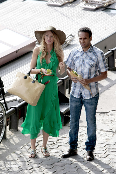 Blake+Lively+wears+striking+green+gown+whilst+9QXWjq5_vj1l