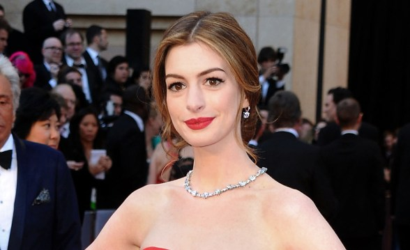 Anne-Hathaway-wears-Tiffany-Oscars-28th-February-2011